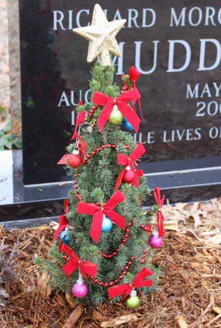 Richard's 2010 Christmas tree. - Christmas Decorating At The Cemetery